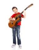 男孩在声学吉他唱歌并且使用 库存图片