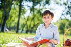 男孩在夏天公园 免版税库存图片