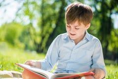 男孩在夏天公园 库存照片