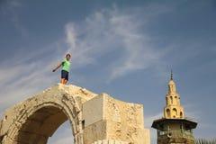 男孩在大马士革墙壁上使用  库存图片