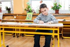男孩在学校 免版税库存图片
