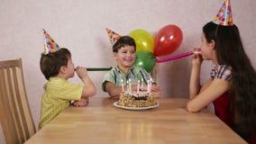 男孩在家庆祝他的生日与家庭 股票视频