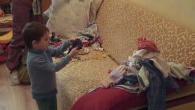 男孩在家折叠衣裳 股票视频