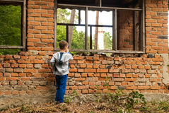 男孩在家 免版税图库摄影