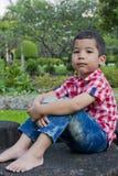男孩在庭院里。 库存照片