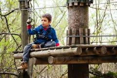 男孩在徒步旅行队公园 免版税库存图片