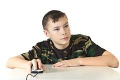男孩在手o上拿着一只计算机老鼠 免版税库存图片