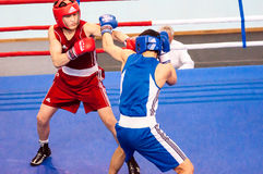 男孩在拳击竞争 库存照片