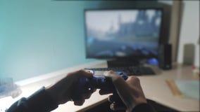 男孩在控制器控制杆gamepad演奏控制台计算机 演奏在电视的电子游戏控制台 新手的举行 股票视频