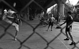 男孩在曼谷街道上的戏剧藤球  库存照片
