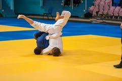 男孩在柔道竞争 免版税库存照片