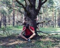 男孩在树下 库存图片