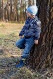 男孩在森林走 库存图片