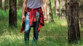 男孩在森林里 库存照片