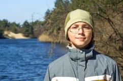 男孩在河Stugna和微笑的河岸站立 库存图片