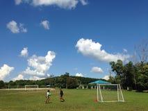 男孩在泰国学生一致的操场和天空在Khao Kho,泰国 免版税图库摄影