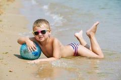 男孩在海滩使用 库存照片