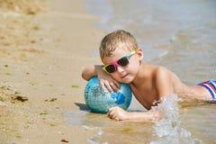 男孩在海滩使用 图库摄影