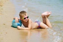 男孩在海滩使用 免版税库存图片