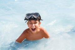 年轻男孩在海 免版税库存图片