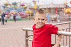 男孩在游乐园 免版税库存照片