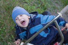 男孩在痛苦中尖叫 库存照片