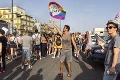 男孩在罗马挥动在拉齐奥天自豪感的Arcigay旗子 库存图片