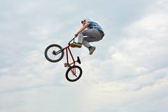 男孩在自行车跳 免版税库存图片