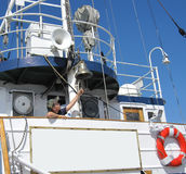 年轻男孩在船上老船 图库摄影