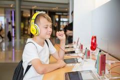 男孩在苹果计算机商店在香港 库存照片