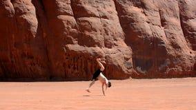 男孩在著名纪念碑谷美国的跳舞breakdance 免版税库存图片