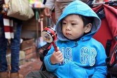 男孩在街道的戏剧鼓 免版税库存照片
