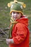 男孩在被编织的帽子穿戴了以鱼的形式 免版税图库摄影