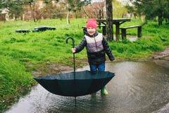 男孩在雨中使用 图库摄影