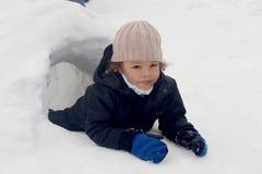 男孩在雪园屋顶的小屋 库存照片