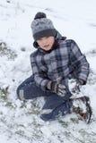 男孩在雪坐 免版税库存照片