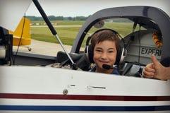 男孩在飞机驾驶舱内  免版税库存图片