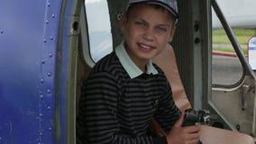 男孩在直升机的驾驶舱内坐在舵 影视素材