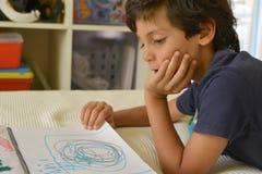 男孩在他的屋子观看的漫画里 库存照片