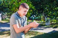 男孩在他的手上拿着一只鸭子 库存照片