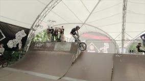 男孩在BMX自行车做极端把戏在冰鞋公园并且跌倒 慢的行动 影视素材