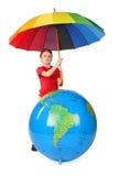 男孩地球可膨胀的伞 免版税库存照片