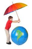 男孩地球可膨胀的伞 免版税库存图片