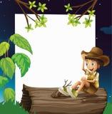 男孩坐树干 免版税库存图片