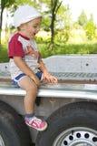 男孩坐的拖车 免版税库存照片