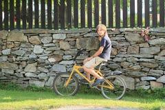 男孩坐自行车 库存照片