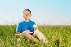 男孩的夏天画象 免版税库存图片