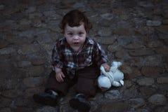 男孩坐街道先生Makushin Petr 2011,05,01-15 库存图片