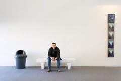 男孩坐长凳 库存照片