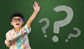 男孩培养他的问问题的手 库存图片